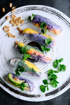 Super lette, lækre og farverige vietnamesiske forårsruller. Så let at lave men så utrolig velsmagende. De her vietnamesiske forårsruller skal nok imponere.