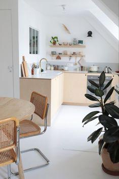 Comment réaliser une cuisine en contreplaqué// Hellø Blogzine blog deco & lifestyle www.hello-hello.fr Kitchen Inspirations, Kitchen Dining, Decor, Beautiful Kitchens, Home Kitchens, Interior, Kitchen Renovation, Kitchen Dining Room, Home Decor