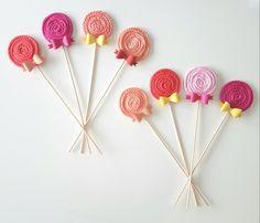 Miam sugar tricotin sucette sur-mesure, plus d'info sur le site web... #happinessdco #bear #ours #surmesures #vertjade #enfant #kids #jaune #noeud #baby #naissance #cadeau #unique #handmade #faitmaison #faitmain #creation #job #laine #artisanal #deco #tricotin #decoration #rose #pink #yellow #shoponline #bebe #cadeaux #madeinswiss #sucette #bonbon