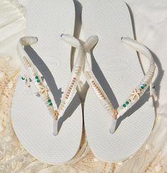 Blanc mariée tongs avec de l'or & perles d'émeraude, demoiselle d'honneur mariage Flip tongs, sandales de mariage confortable, Boho / Bohème chaussures Tongs de mariage basé sur Havaianas blanc - 100 % fait main. Vous pouvez décorer vos mains, oreilles, le cou mais aussi... vos pieds