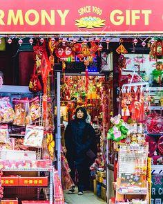 Chinatown. NYC.  Podéis seguir mis hashtag #vidacallejerafotos o #sergiobejar para más fotos.  #nyc #newyorkcity #chinatown #china  #doyers #newyork #travelAwesome #igers #nikon #nikontop #newyorkarea #doyoutravel #blackandwhite #streettogs #street #streetphoto #streetphotos #lovenyc #ig_nyc #streetphotographer #travelphotographer #loves_nyc