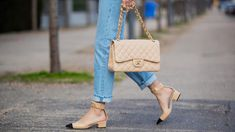 From now on you have to wear your jeans like this to be trendy Jeans Trend, Neue Trends, Straw Bag, Chanel, Shoulder Bag, Classic, Instagram Posts, Bags, Fashion