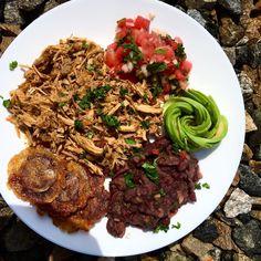 Sunday lunch 😊 in Caribbean style - cuban mojo pulled pork, red beans, avocado, tostones and watermelon salsa / Nedělní oběd na karibské vlně 😋 - pomalu pečené trhané kubánské mojo vepřové maso, červené fazole, avokádo, tostones (smažený plantain) a melounová salsa ... asi trošku víc sacharidů než obvykle, ale furt ne moc 😉