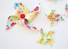 Destri from The Mother Huddle shows how to make pinwheel hair clips. The little fabric pinwheels are easily made and are sooo cute in little girls' hair! Get the tute. Diy And Crafts, Craft Projects, Sewing Projects, Crafts For Kids, Craft Ideas, Sewing Tips, How To Make Pinwheels, Diy Pinwheel, Pinwheel Tutorial