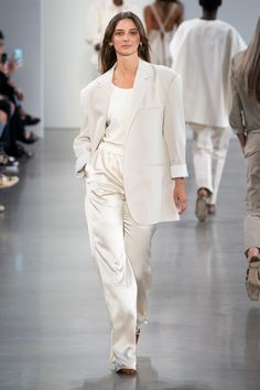 Deveaux Spring 2020 Ready-to-Wear Fashion Show - Vogue Fashion Week, Fashion 2020, Runway Fashion, Fashion Show, Fashion Outfits, Fashion Trends, All Black Fashion, Curvy Women Fashion, Vogue Paris
