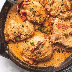 This tasty 30 minute skillet chicken in creamy sun dried tomato sauce recipe has bold and rich garlic parmesan and herb flavors that will leave you craving more easyrecipes weeknightmeals easy chickenrecipes Best Chicken Recipes, Best Dinner Recipes, Crockpot Recipes, Cooking Recipes, Recipe Chicken, Chicken In Skillet Recipes, Simple Chicken Thigh Recipes, Tasty Chicken Videos, Cast Iron Chicken Recipes