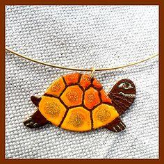 Prívesok je vyrobený viacvrstvovým vypaľovaním farby. Turtle, Insects, Handmade, Turtles, Hand Made, Tortoise, Handarbeit