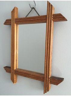 Ce petit miroir, au cadre rainuré en chêne blond, est peu commun. Il se suspend grâce à sa chainette d'origine. A associer à d'autres sans modération ... L. 26 cm   l. 34 cm