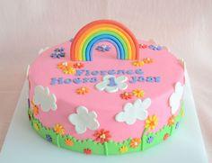 Een eenvoudige taart met een regenboog erop ziet er al gauw hartstikke vrolijk uit. Kleed het aan met nog wat bloemetjes en je hebt een pracht taart!