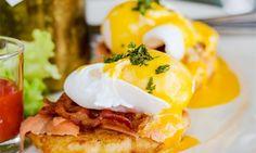 Es muss nicht immer das gekochte Frühstücksei sein. Wie wäre es mit herzhaften Eggs Benedict? Das Gericht besteht aus pochierten Eiern mit Schinken oder Speck auf geröstetem Brot, dazu cremige Sauce Hollandaise. Ziemlich deftig, aber absolut lecker!