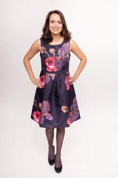 9a727771e669a9 Dit donkerblauwe jurkje van Smashed Lemon heeft een vrolijke bloemenprint  in roze en lila tinten.