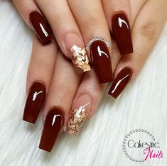 On average, the finger nails grow from 3 to millimeters per month. If it is difficult to change their growth rate, however, it is possible to cheat on their appearance and length through false nails. Gold Acrylic Nails, Simple Acrylic Nails, Rose Gold Nails, Red And Gold Nails, Clear Nails With Glitter, Maroon Nails Burgundy, Acrylic Gel, Nails With Foil, Acrylic Nails For Fall