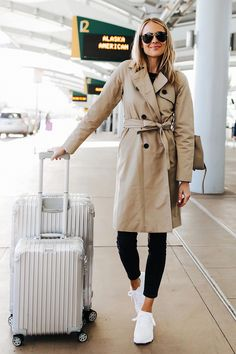 - Fashion Jackson Airport Travel Outfit Trench Coat Black Skinny Jeans Reebok Aztrek White Sneakers R - Comfy Travel Outfit, Travel Outfit Summer, Summer Outfits, Casual Outfits, Comfy Airport Outfit, Travel Attire, Travel Wear, Khaki Trench Coat, Trench Coat Outfit
