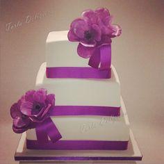 Bruidstaart met paarse Anemonen