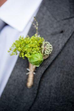 groom: groomsmen: boutonnieres green theme