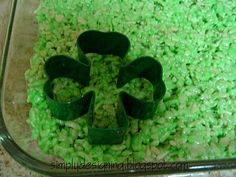 Simply Designing with Ashley: Shamrock Rice Crispy Treats (with a special ingredient! Making Rice Crispy Treats, Crispy Treats Recipe, Rice Krispie Treats, Rice Krispies, Yummy Treats, Sweet Treats, Holiday Treats, Holiday Recipes, St Patricks Day Food