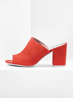 aeyde collection n02 FRAN - squared mule with a chunky 7 cm heel made from finest Italian leather. In eye-popping red, this open-toe mule is as laid back as it is luxurious, and definitely a looker.