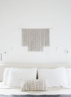 Minimalist Gray Yarn Hanging -Neutral hues and clean lines are very popular décor choices as of late, so this minimalist gray DIY yarn wall hanging is the perfect accessory for any modern home. Yarn Wall Art, Wall Hanging Crafts, Yarn Wall Hanging, Diy Wall Art, Wall Decor, Wall Hangings, Hanging Art, Inexpensive Home Decor, Diy Home Decor
