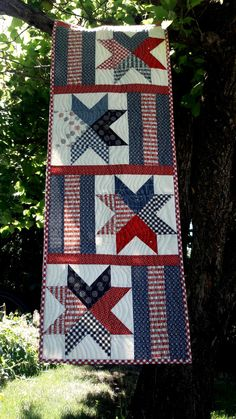 Patchwork stars made up of hearts make this fun, patriotic, picnic quilt. By adding stripes to the stars you create a festive, matching table runner, perfect for your next summer BBQQuilt Material List 8 red fat blue fat yard white print 1 yard for fat Flag Quilt, Patriotic Quilts, Star Quilts, Quilt Blocks, Navy Quilt, Table Runner And Placemats, Quilted Table Runners, Patchwork Table Runner, Quilted Table Runner Patterns