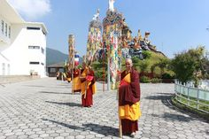 His Holiness Drikung Kyabgon Chetsang visited Druk Amitabha Mountain recently, and was warmly welcomed by hundreds of Drukpa nuns.
