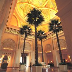 Overlooking Palm Island Bay, the resort is composed of three distinct environments – each flowing into the next to ignite the senses: The Palace, Arabian Court and Residence & Spa. It is a wondrous place of intricate arches, domes and towers, interspersed by courtyards, rich green lawns and immaculate flowerbeds
