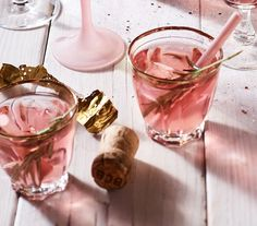 Met champagne, gin & cranberry's - drink ideas for NYE Fruit Drinks, Party Drinks, Yummy Drinks, Alcoholic Drinks, Wine Parties, Tea Party, Cranberry Cocktail, New Year's Eve Cocktails, Christmas Cocktails