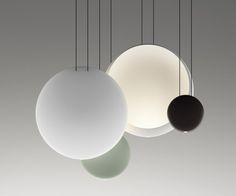 Cosmos, een sculpturale lamp, bijna gebeeldhouwd. Designed by Lievore, Altherr, Molina. Cosmos kan als enkelvoudige lamp en in clusters worden toegepast.