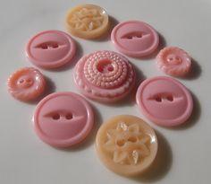 Boutons en plastique fun, vintage des années 1950. Jaime ces tons de rose!. Impossible de trouver le bouton 10 ? Regardez sur le dessus du