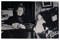 Mev. marie du Toit besig met naaldwerk in haar en Totius se huis in Molenstraat.