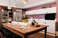 Nesta seleção de cozinhas de Casa Cor 2011, a textura, a cor e a aparência dos materiais naturais ajudam a despertar os sentidos de quem prepara receitas.