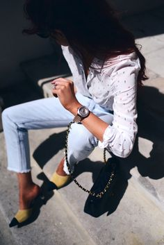 Classic jeans-shirt-heels combination with modern twist
