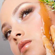 Dicen las abuelas que para balancear el pH de la cara se pueden mezclar 2 cucharadas de miel con una de vinagre de manzana o de jugo de limón. Deja esta mascarrilla durante cinco minutos y verás los resultados. Imagen vía Pinterest