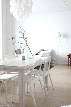 ruokailuhuone,vaalea,artek,artek ruokapöytä,kevät,valoisa,avara,ruokailutilat,minimalistinen,valkoinen
