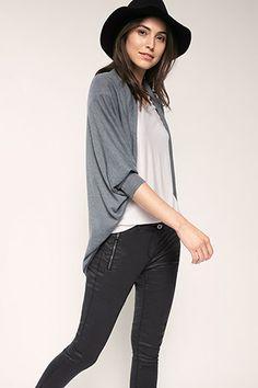 Esprit - Finstickad cape med fladdermusärm i Esprits Online-Shop