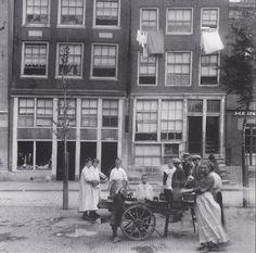 """Amsterdam, Lindengracht 1920  Het gedeeltelijk zichtbare pand uiterst rechts op 160 is nog altijd Cafe genaamd de ,,Kat in de wijngaert """""""