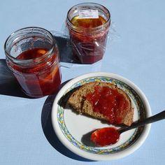 La recette de la confiture fraises-rhubarbe de ma maman Fish, Recipes, Strawberry Rhubarb Crumble, Strawberries, Sweet Recipes, Mom, Food, Kitchens, Recipies