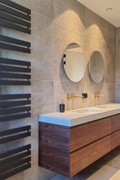 Luxe badkamer met notenhouten fronten, messing kranen en ronde spiegel Messing, Vanity, Bathroom, Lush, Dressing Tables, Washroom, Powder Room, Vanity Set, Full Bath
