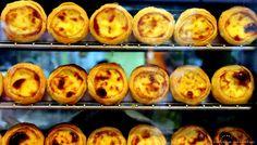 Les pastéis de nata, douceurs sucrées du Portugal | via via Là où je t'emmènerai | 07/07/2015 C'est le gâteau le plus connu des portugais et des becs sucrés voyageurs : les pastéis de nata. Ce petit flan pâtissier servi chaud avec de la cannelle et un nuage de sucre glace ravit les gourmets du monde entier qui viennent faire escale au Portugal. Mais la seule façon de déguster le véritable pastel est de se rendre là où tout a commencé, direction la Fabrica de Pastéis de Belém, rue Belém à Lisbon