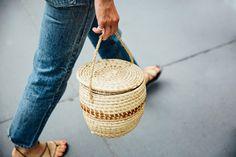 new bag trend - straw basket bags Jane Birkin, Basket Bag, Best Bags, New Bag, Leather Accessories, Beautiful Bags, Bag Making, Straw Bag, Purses And Bags