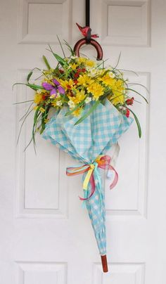 11 Unique Spring Wreaths - on craftytexasgirls.com #wreaths #spring #burlap