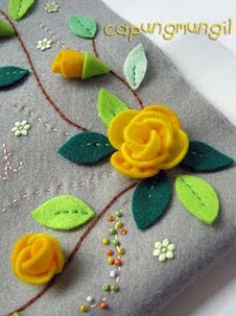 capungmungil camp: DIY-Felt Rose Flower Tutorial For Rose's stocking Felt Roses, Felt Flowers, Fabric Flowers, Ribbon Flower, Zipper Flowers, Ribbon Hair, Hair Bows, Rose Flowers, Exotic Flowers