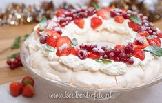 Video: pavlova kerstkrans met rood fruit – Food And Drink Christmas Food Treats, Christmas Desserts, I Love Food, Good Food, Yummy Food, Tapas, Baking Recipes, Dessert Recipes, Tasty Dishes