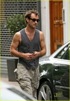 Jude Law in just a vest? Me likey :p