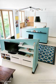 L'ensemble de l'espace salon/cuisine/entrée a été restructuré et redécoré dans cet appartement parisien. Projet Huber.