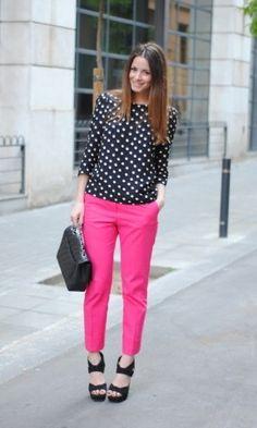 Pantalón fucsia ... combinado con una blusa negra con puntos blancos.