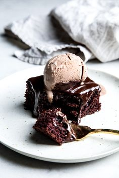 Chocolate Sheet Cake with Chocolate Ganache 200 Most Delicious Dessert Photography Page 3 200 Most Delicious Dessert Photography Köstliche Desserts, Delicious Desserts, Dessert Recipes, Yummy Food, Plated Desserts, Food Cakes, Cupcake Cakes, Muffin Cupcake, Cake Fondant