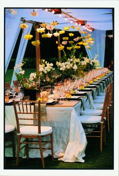 Beautiful idea for a garden style wedding. Flowers, flowers and more flowers: Inspiration for weddings at Deering