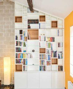 Bibliothèque sur mesure Camber salon sous toit échelle