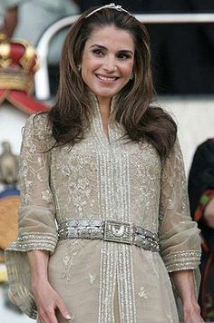 Queen Rania of Jordan turns 40 - Photo 6 Queen Rania, Queen Letizia, Arab Fashion, Royal Fashion, 22nd Wedding Anniversary, Jordan Royal Family, Style Royal, Oriental Dress, Estilo Real