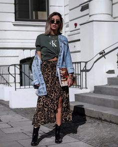 Look com saia midi animal print, tshirt calvin klein, jaqueta jeans e bota. Skirt Outfits, Casual Outfits, Cute Outfits, Leopard Skirt Outfit, Look Fashion, Fashion Beauty, Fashion Outfits, Grunge Fashion, Fashion Tips
